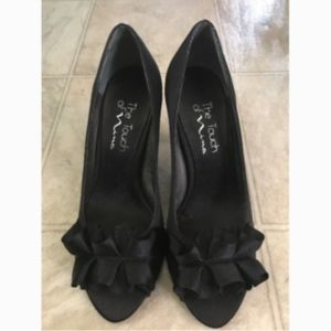 The Touch of Nina Black Blow Pump Heels 6M